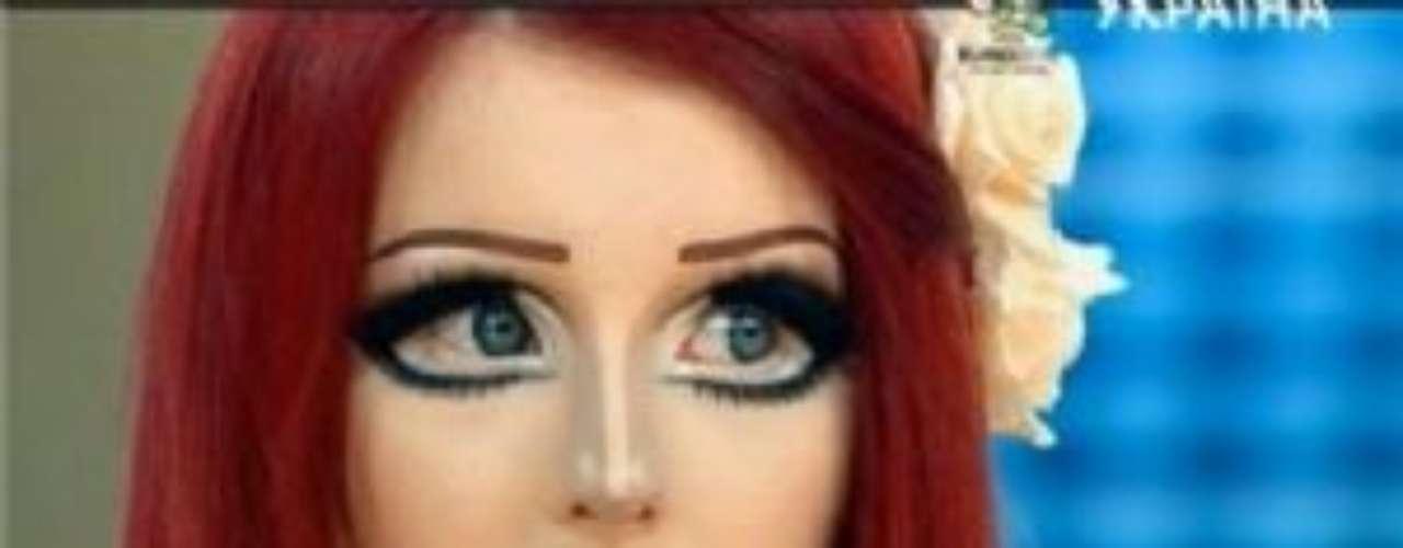 Asimismo, ha sido invitada a programas en vivo para platicar sobre su extraño gusto de parecer muñeca.