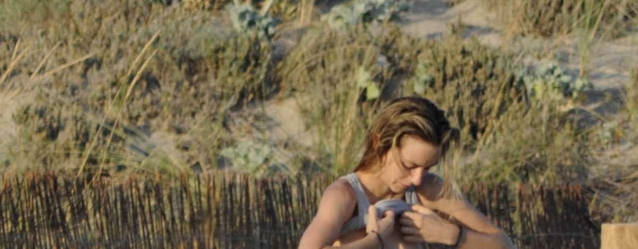 La actriz Kira Miró, pillada mientras se vestía en las playas de Cádiz.