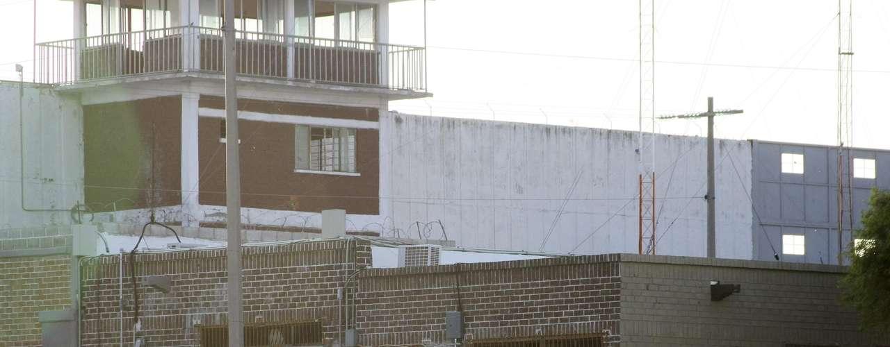 El gobierno del Estado de Coahuila ofrece 200 mil pesos a quien ayude en su captura, al tiempo que se solicitó el arraigo por 30 días del director del Cereso, el jefe de Vigilancia, el responsable de turno y de los celadores de las dos torres de vigilancia.
