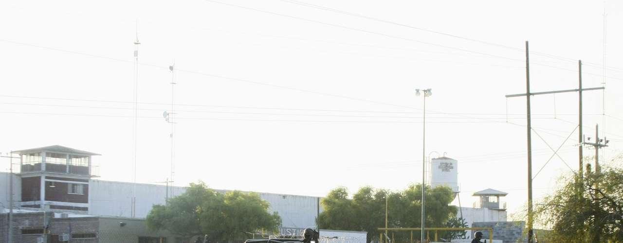 En rueda de prensa el procurador de Justicia de Coahuila,  Homero Ramos Gloria, anunció que 86 reos del fuero federal y 46 del común escaparon por la tarde, tras realizar un boquete en una pared del taller de carpintería del Centro de Reincersión Social de Piedras Negras.
