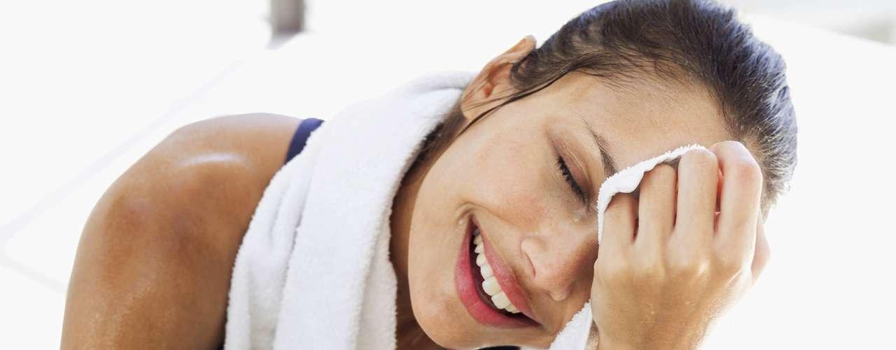La transpiración tiene dos funciones: regular la temperatura corporal (entre 35,5°C y 36,5°C) y eliminar toxinas. Por eso, el sudor es esencial para el buen funcionamiento del organismo. Sin embargo, no negarás que en ocasiones el sudor puede llegar a incomodar, especialmente cuando aparece en exceso. \