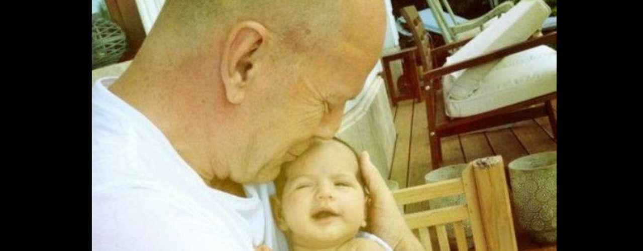 Para nada duro. La esposa de Bruce Willis comparte una foto del actor con su hija Mabel Ray, de apenas cinco semanas. (Mayo 2012)