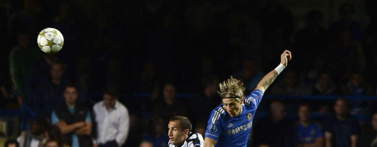 El español Fernando Torres se afanó desde el inicio por jugar el papel de líder que le corresponde este año y se erigió como uno de los jugadores más activos del Chelsea en el primer tramo del duelo.