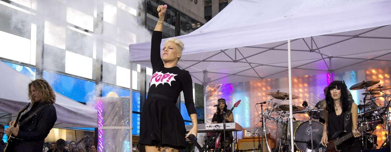 Pink, cantando el tema \