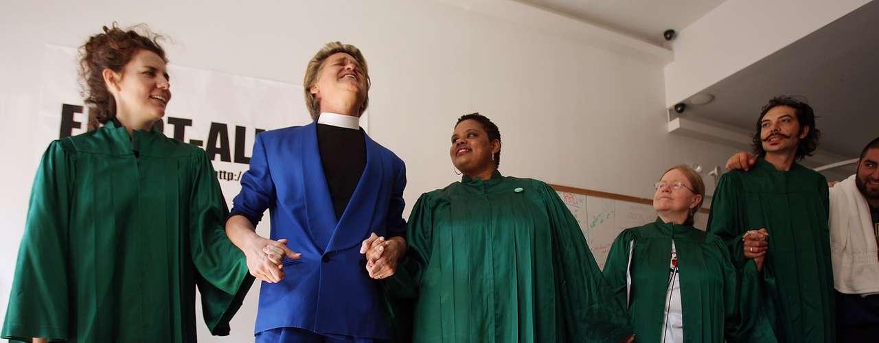Durante las presentaciones y en las reuniones en la iglesia, los presentes cantan canciones de alabanza y rezan, además de escuchar el poderoso mensaje del Reverendo Billy. 'Nosotros no adoramos a ningún Dios, adoramos la naturalidad de vivir la vida, adoramos a la vida', dijo a Terra el Reverendo Billy.
