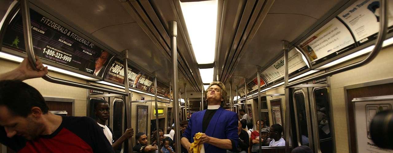 Muchas veces, el Reverendo Billy lleva su mensaje anticonsumista a los vagones del subte de New York, donde con su carisma y extravagancia, atrae la atención de los pasajeros.
