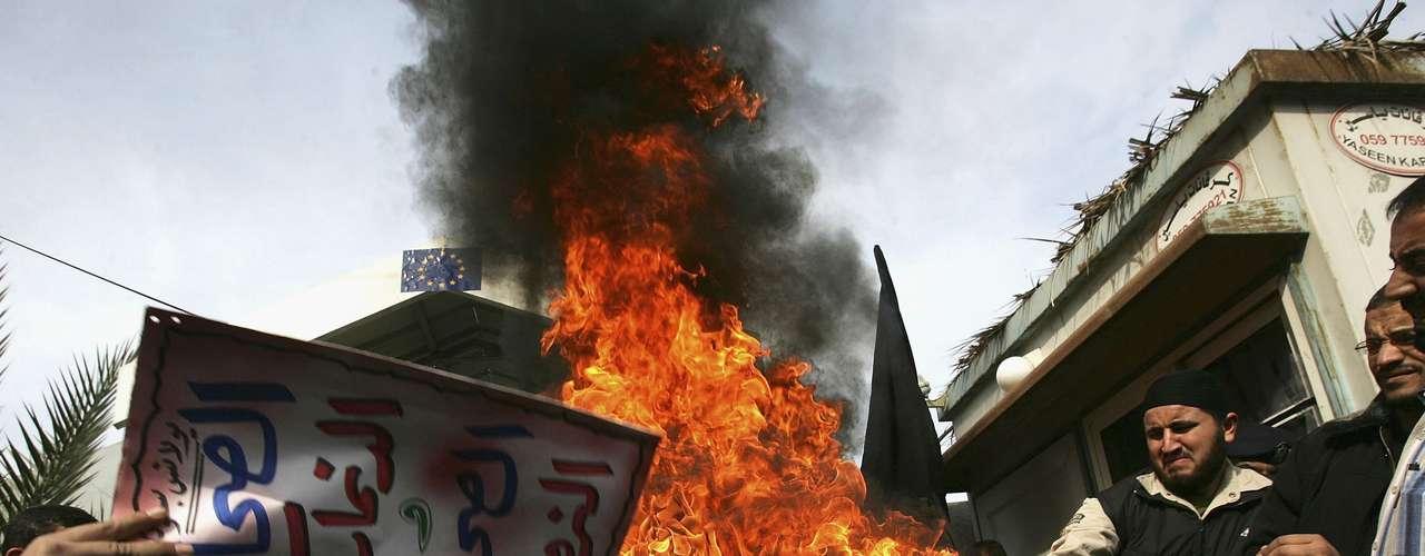 Las protestas se extendieron y la bronca contra la publicación se tornó violenta en las calles de las grandes ciudades europeas y en el mundo árabe.