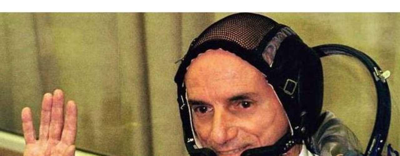 Dennis Titto, el multimillonario dueño de Wilshire Associates, cumplió su sueño de viajar al espacio, lo que le costó 20 millones de dólares, coronándose como el primer turista espacial.