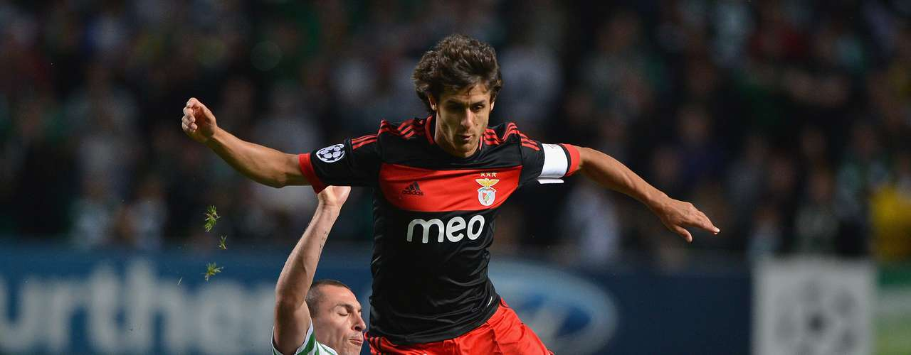 Benfica put itself in good position after a scoreless draw at Celtic Glasgow. Pablo Aimar was the dynamic player for the Portuguese and he supported the valiant sweeps of Scott Brown.