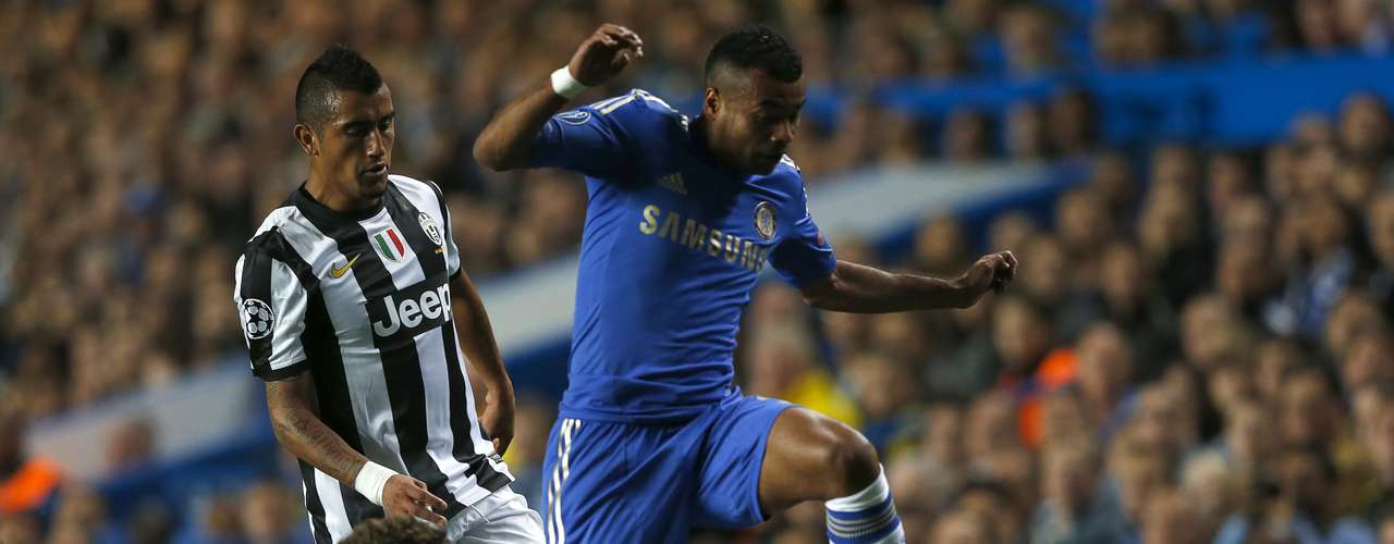 Chelsea's Ashley Cole (R) is challenged by Juventus' Stephan Lichtsteiner (L) and Arturo Vidal during their Champions League soccer match at Stamford Bridge in London September 19, 2012.