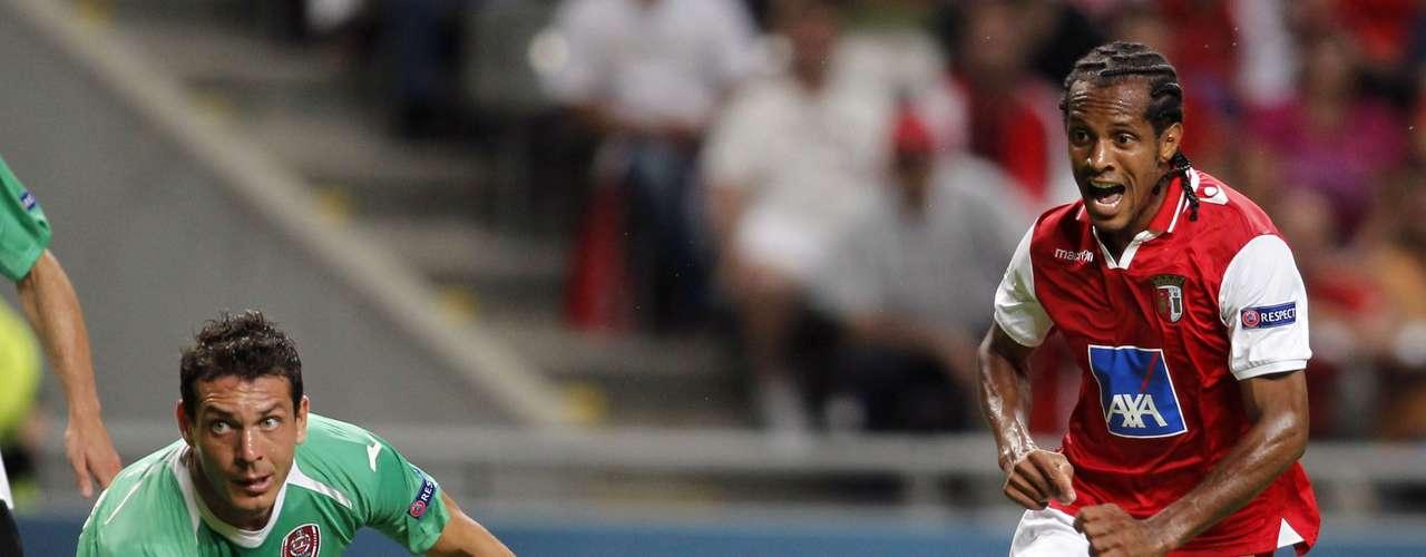 Braga's Leandro Salino and Cluj's Ionut Rada go head to head. REUTERS/Miguel Vidal