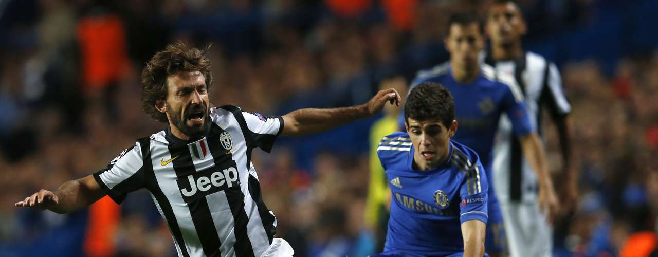 Juventus' Andrea Pirlo (L) is challenged by Chelsea's Oscar during their Champions League soccer match at Stamford Bridge in London September 19, 2012.     REUTERS/Eddie Keogh    (BRITAIN - Tags: SPORT SOCCER)
