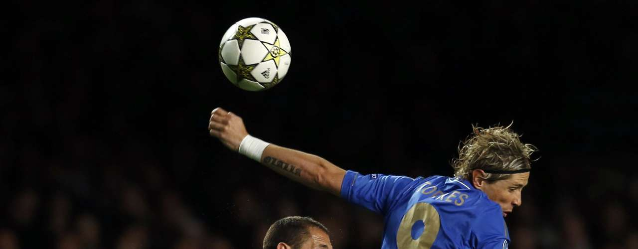 Chelsea's Fernando Torres (R) fights for the ball with Juventus' Giorgio Chiellini during their Champions League soccer match at Stamford Bridge in London September 19, 2012.