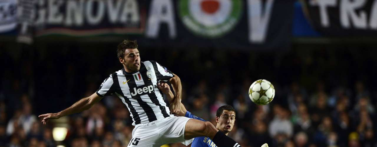 Juventus' Andrea Barzagli (L) challenges Chelsea's Eden Hazard during their Champions League soccer match at Stamford Bridge in London September 19, 2012.