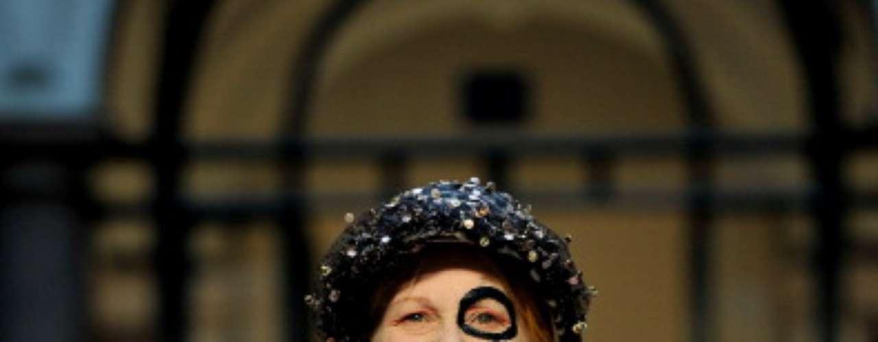 La diseñadora Vivienne Westwood reclama en la pasarela una ayuda para el planeta. ¡Salvemos la Tierra!