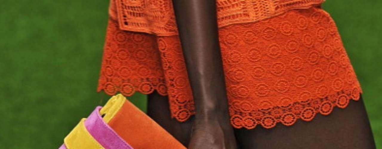 Colores fluor, mezclados sin complejos, carteras enormes. Nos encanta la propuesta de Jasper Conran.