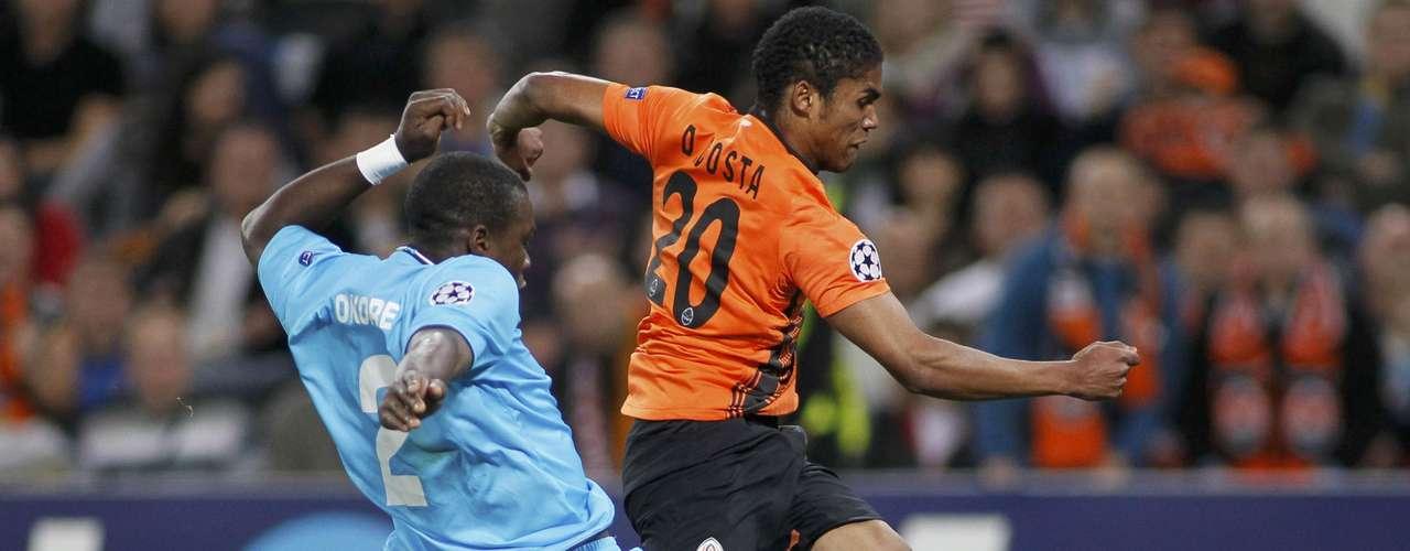 Nordsjaelland's Jores Okore (L) chases Shakhtar's Douglas Costa to no avail. REUTERS/Gleb Garanich