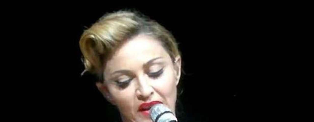 Madonna, ante más de 55 mil personas, en un concierto que ofreció Estambul, sin pudor alguno, enseñó parte de sus senos. El video de este momento causó furor en YouTube.