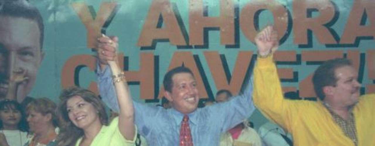Hugo Chávez gobierna a Venezuela desde el 2 de febrero de 1999. Pero, los sucesos que han acompañado su carrera presidencial y que van desde el golpe de Estado hasta su enfermedad; han dejado huellas en su rostro. Así lucía Hugo Chávez en noviembre de 1998, un mes antes de ganar las elecciones como presidente de Venezuela.