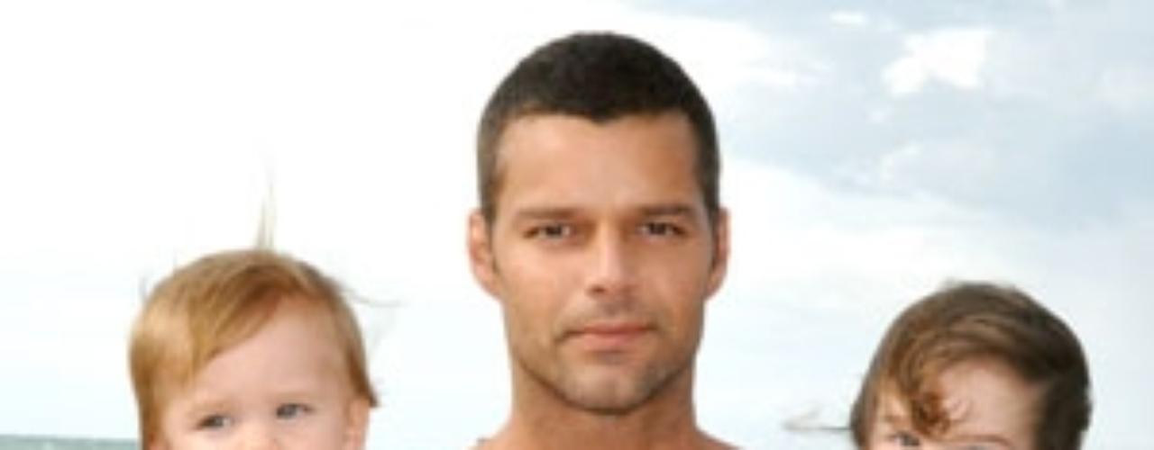 Sin pareja conocida, el cantante Ricky Martin alquiló discretamente una madre sustituta y unas semanas después de haber convertido en realidad su sueño, sus representantes anunciaron que el boricua se había convertido en padre de los mellizos Matteo y Valentino.