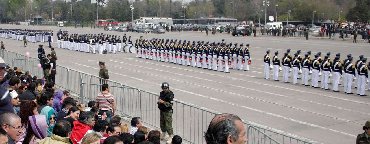 En la tarde de este miércoles se realizó la tradicional Parada Militar en honor de las Glorias del Ejército en el Parque O'Higgins. La Impecable presentación de las ramas de las Fuerzas Armadas contó con la asistencia del Presidente Sebastián Piñera y las más altas autoridades del país.