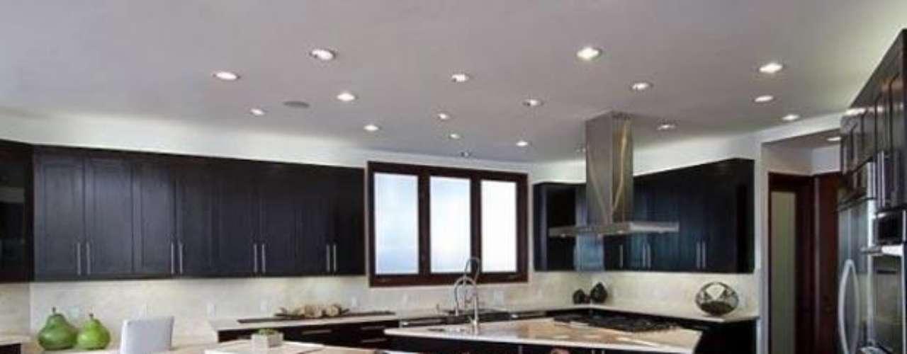 Vamos a darle un vistazo a la hermosa mansión de La famosa cantante Rihanna. Con 10.000 metros cuadrados, ocho habitaciones,  diezbaños, impresionantes techos de 30 pies de altura, espectaculares panorámicas de 270 grados de las colinas de Los Angeles. La artista  luego de sus giras puede llegar a  relajarse en su sauna con una sala de vapor, leer un buen libreo en su encantadora biblioteca o simplemente cocinar algo delicioso en  su cocina tipo gourmet con electrodomésticos de arte de la misma manera también puede invitar a unos amigos   para ver una película en su una encantadora sala de cine, o tener una velada romántica en su una piscina con spa, junto a sus enormes balcones. La decoración realmente es fabulosa. ¡Inspírate en su estilo! No por nada costo 10 millones de dólares.