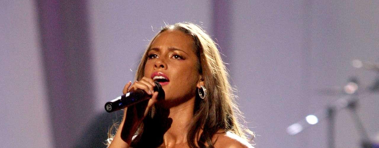 Alicia Keys lució bien sexy, con barriga de embarazo incluída, al presentarse en los BET Awards 2010.