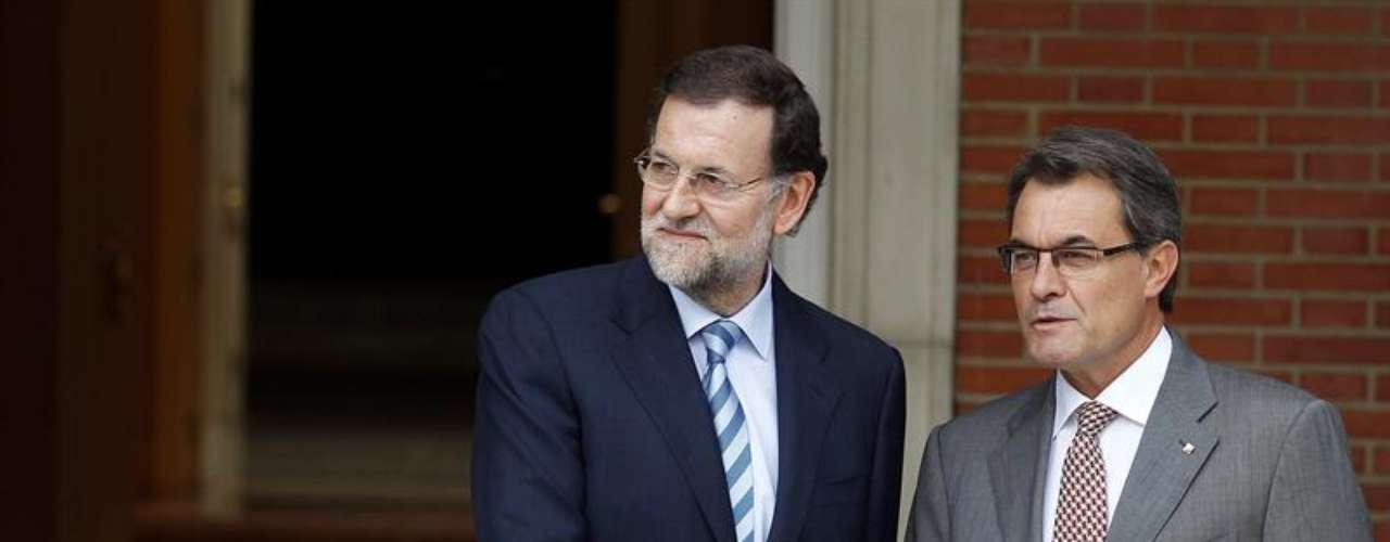 Rajoy ha saludado a Mas con frialdad, con un apretón de manos inicial. Después se han dado otro a petición de los informadores gráficos. Único momento en el que se les ha visto a los dos más relajados.