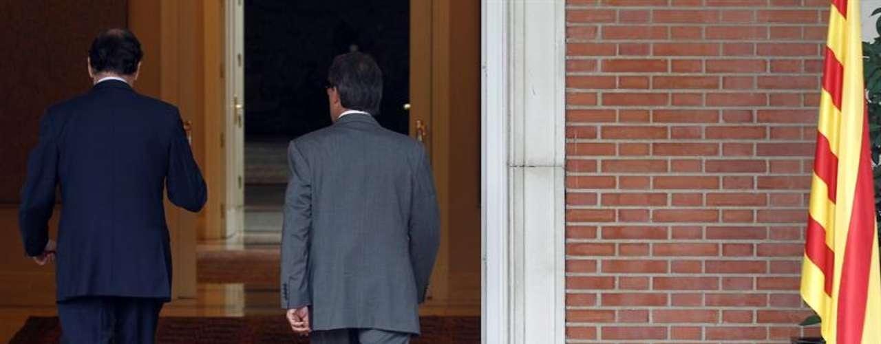 Momento en el que Mas y Rajoy entran en La Moncloa para celebrar su reunión.