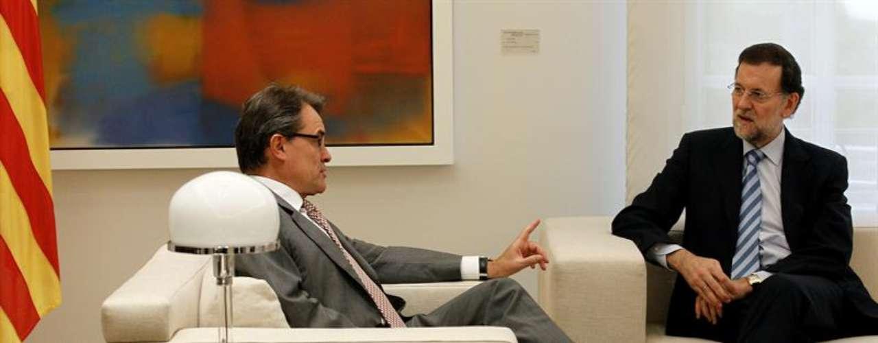 Ya en la sala en la que se ha desarrollado la entrevista, el presidente del Gobierno y el de la Generalitat han ocupado sendos sillones blancos contiguos, y en las imágenes distribuidas de ese momento se ha visto algo más relajado que al principio a Artur Mas.