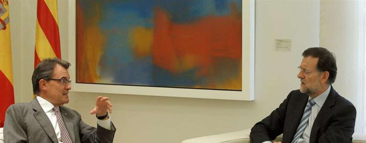 Para iniciar de forma distendida la reunión, presidida también por las banderas española y catalana, se ha podido escuchar que Mariano Rajoy y el máximo representante de Cataluña han hecho algunos comentarios sobre su actividad durante el verano.