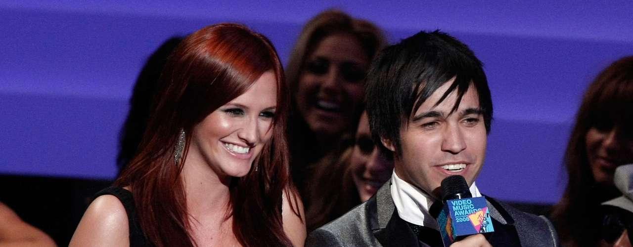 Ashlee Simpson mostró lo feliz que estaba por ser madre sobre el escenario de los MTV Video Music Awards 2008.