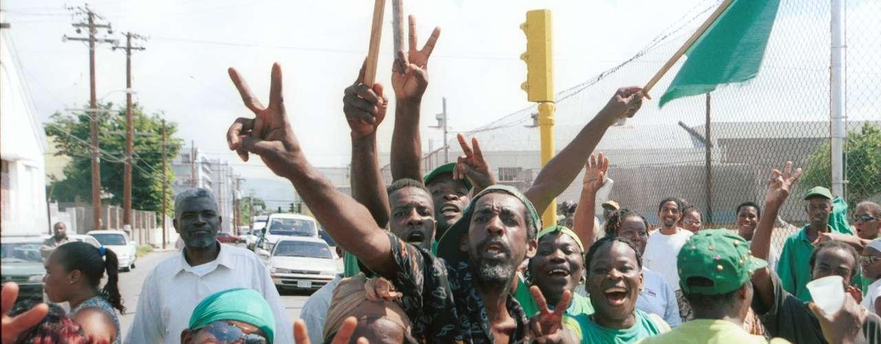 ¿Y los políticos qué dicen? Los principales partidos políticos del país se muestran apáticos y sin apoyo ante esta problemática. Como lo demuestra el Partido Nacional del Pueblo, el cual afirma que la homofobia no es un problema serio y que los derechos de los homosexuales van en contra de los valores sociales conservadores del pueblo jamaiquino.
