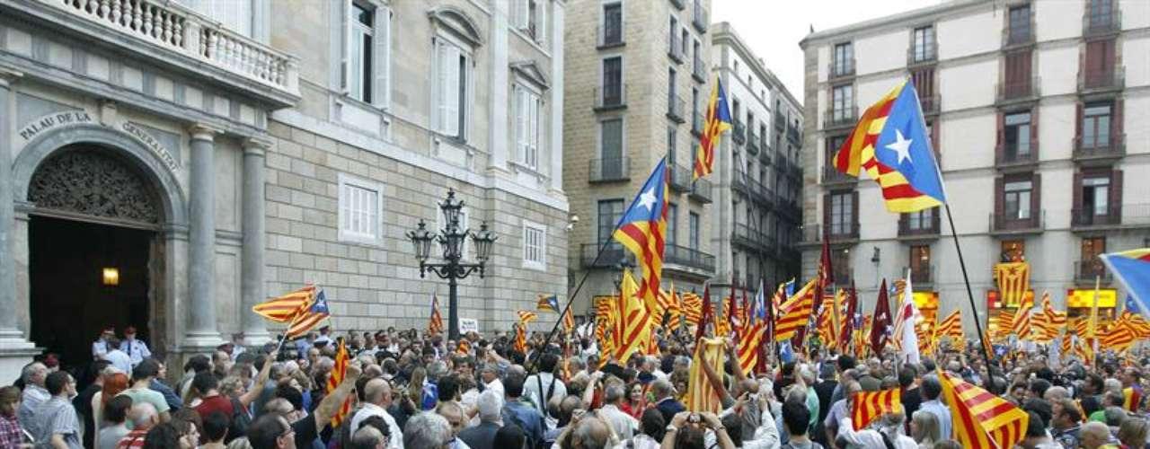 Esta concentración de simpatizantes de Artur Mas ha tenido lugar después de la reunión que ha mantenido el presidente catalán con Mariano Rajoy en La Moncloa.