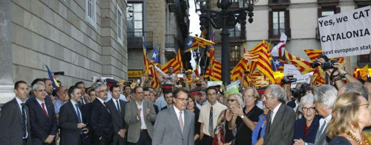 Acompañado de su mujer, Elena Rakosnik, y de miembros de su gabinete, al salir a la plaza ha intercambiado opiniones con los impulsores de la concentración así como con diversos representantes de la sociedad civil y cultural de Cataluña.