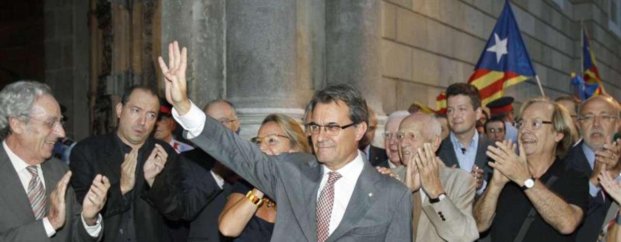 Tras marchar el presidente de la plaza, los concentrados han pedido sacar la bandera española del mástil situado en lo alto de la Generalitat, donde ondea juntamente con la bandera catalana, al grito de \