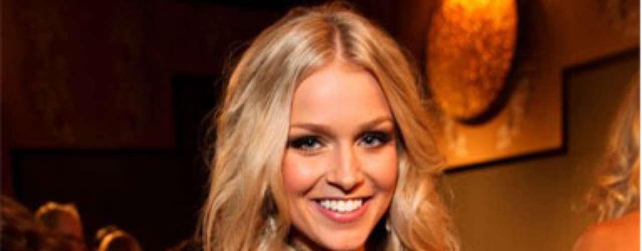 Miss Australia - Renae Ayris. Nació en Perth el 17 de septiembre de 1991. Es una amante del modelaje, el baile y la fotografía. Mide 1.77 metros de estatura. Su cabello es rubio y sus ojos azules.