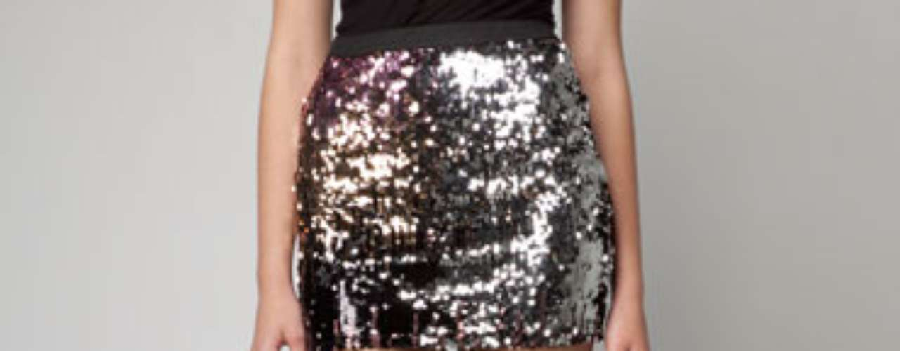Falda de lentejuelas: son prendas súper sensuales y no todas la mujeres se atreven a usarlas debido a la cantidad de brillo que generan, pero son ideales para llamar la atención en una noche de fiesta.