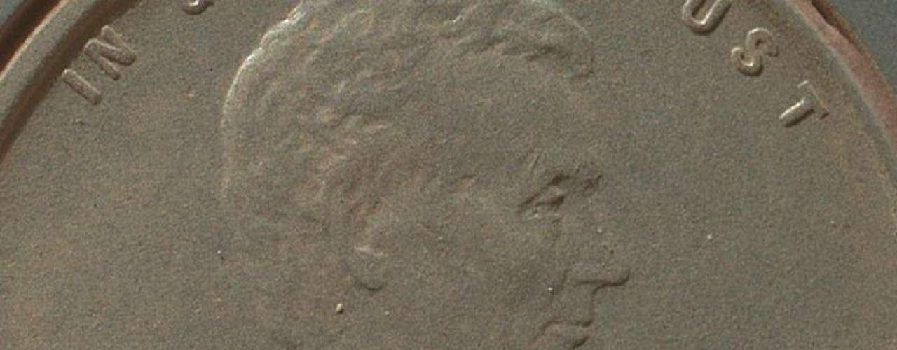 Detalle parcial de una moneda de centavo de dólar sobre la que puede observarse algunos rasgos de la textura del suelo de Marte.