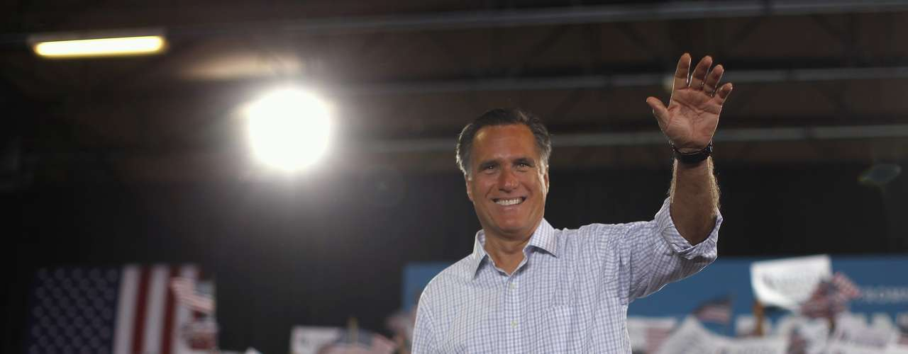 U.S. Republican presidential nominee and former Massachusetts Governor Mitt Romney acknowledges the applause of the crowd at a campaign rally in Miami, Florida, September 19, 2012. REUTERS/Jim Young (UNITED STATES - Tags: POLITICS ELECTIONS)