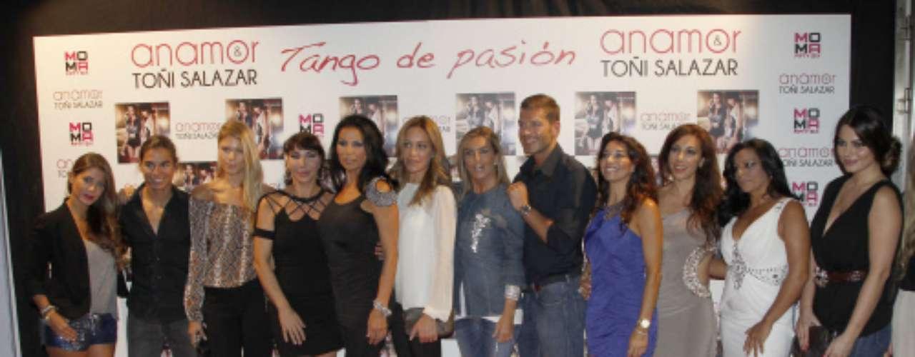 Toñi Salazar y Anamor posaron con todos los amigos que quisieron acompañarles en un día tan especial para las cantantes.