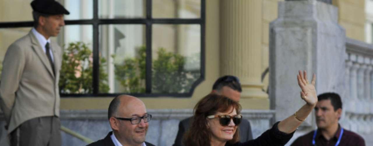 La actriz viene al Festival a presentar 'El fraude', la película que interpreta junto al actor Richard Gere y inaugurará mañana el Zinemaldia. Antes de instalarse en el hotel María Cristina, la actriz ha hecho una 'parada técnica' en Bilbao para conocer el Guggenheim. En la imagen, junto a José Luis Rebordinos, director del certamen.
