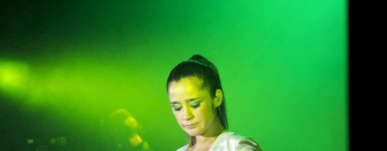 Julieta Venegas, enamoró a la audiencia en su última presentación del 2010, antes de tomarse un descanso para esperar el nacimiento de su primer hijo. La vocalista, sin acordeón en mano, lució orgullosa su pancita de seis meses sobre el escenario del Teatro Metropólitan, en México.