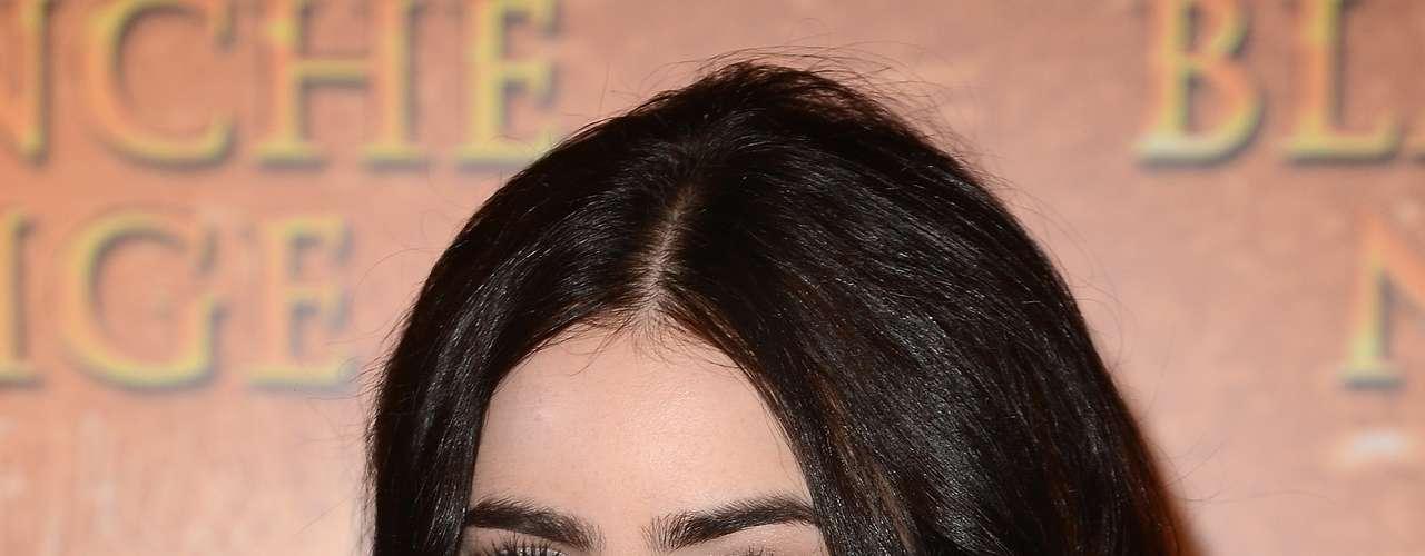Según la publicación, las cejas más gruesas y llenas con un arco menos marcado hacen ver a las mujeres más masculinas. Lily Collins contó que en una época se acomplejaba de sus cejas, pero luego las dejó tal cual son.