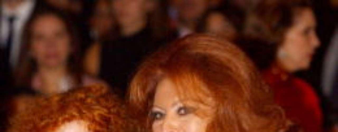 Sophia Loren posa junto a la Duquesa de Alba. La actriz también es conocida por su elegancia y belleza, además de por su inteligencia y audacia. Es -aunque hace tiempo que no se prodiga demasaido- un personaje habitual de la prensa rosa.
