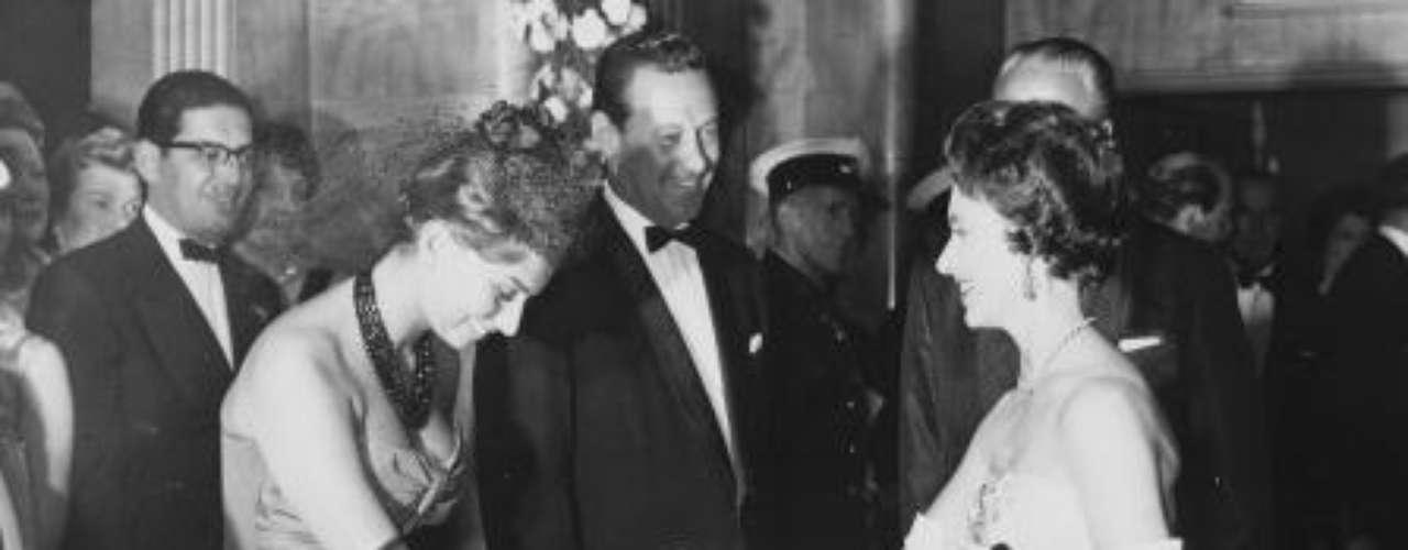 Loren saludando a la princesa Margarita de Inglaterra, durante la 'premiere' en Londres de 'The Key', dirigida por Carol Reeds.