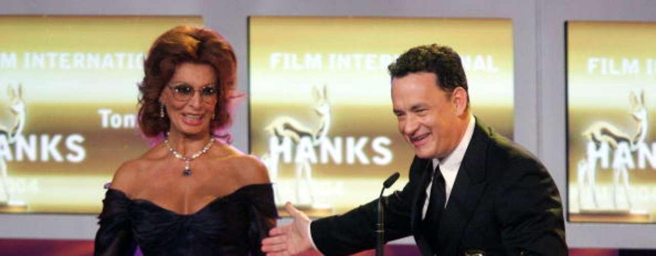 Sophia Loren bromea con Tom Hanks durante la celebración de los Bambi Awards, en Hamburgo, en 2004. Loren sigue siendo una actriz muy respetada en Hollywood.