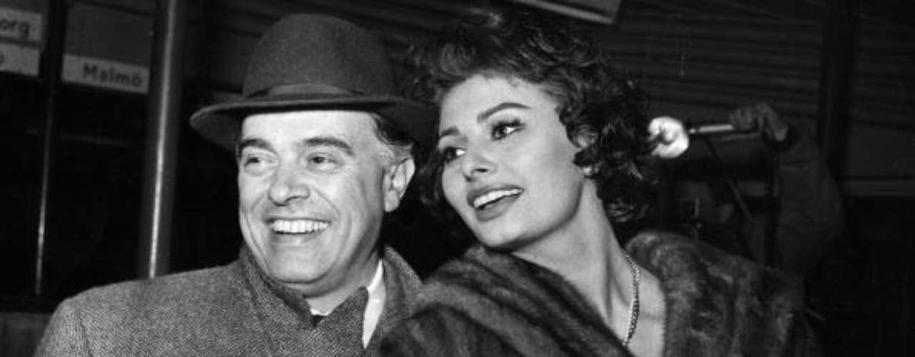 Sophia Loren con Carlo Ponti, el productor y director italiano, que fue su descubridor y, más tarde, su marido. Juntos tienen dos hijos, Carlo Ponti Jr. y Edoardo Ponti.