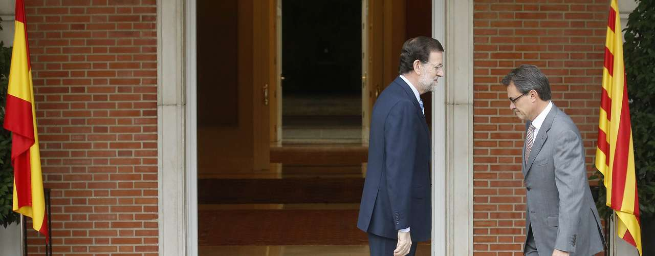 Mas se ha bajado del coche y ha subido las escaleras para saludar a Rajoy.