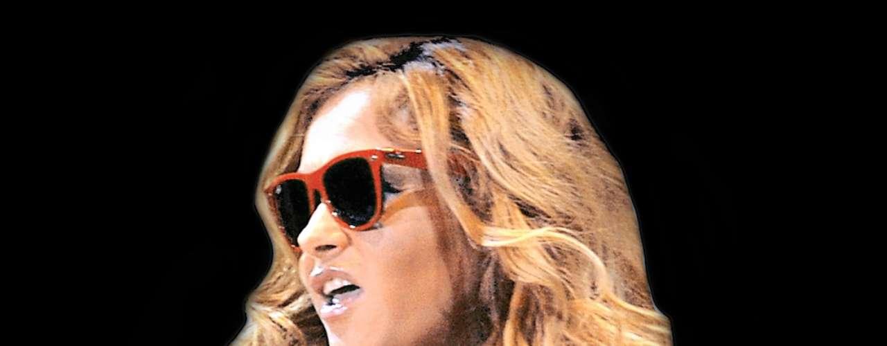 En septiembre de 2010, durante el concierto por el Bicentenario de la Independencia mexicana, Paulina Rubio realizó un performance para la historia, llevando a Andrea Nicolás en el vientre.
